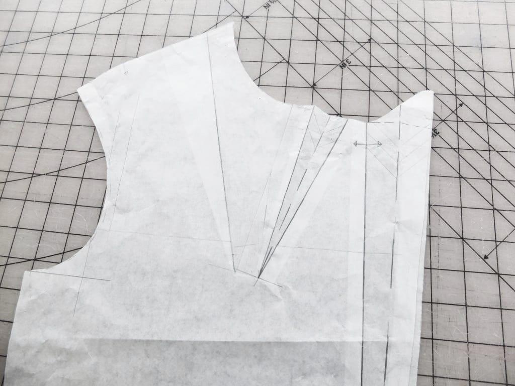 Ein schntitmuster einer Bluse mit einem Abnäher ist zu sehen.