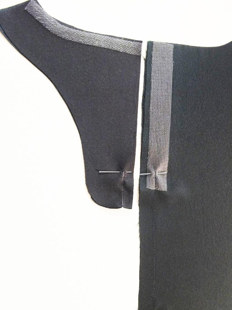 Zwei Schnittteile einer Bluse werden verarbeiten.