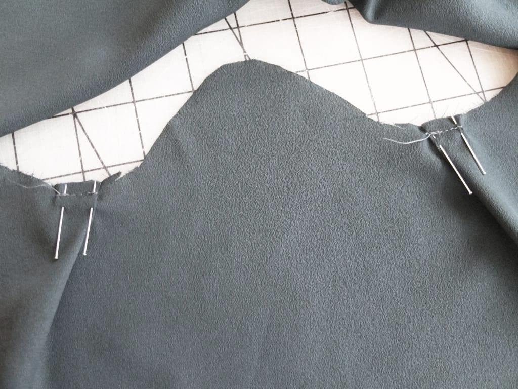Die Falten werden in die Bluse gesteckt.