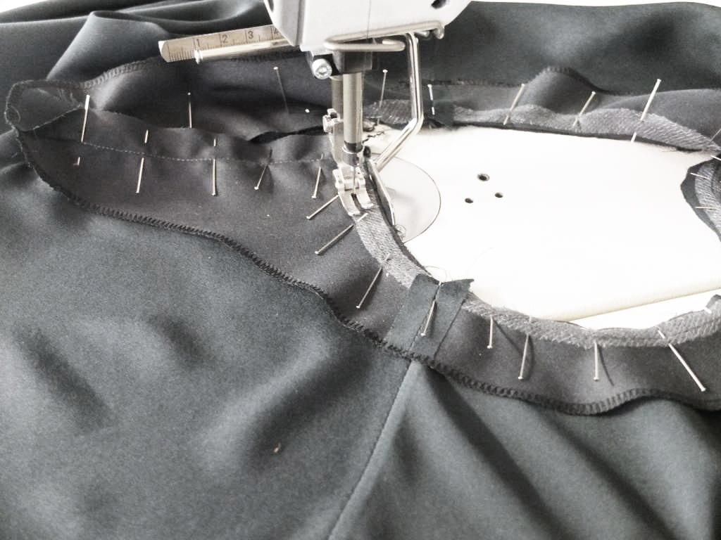 Der Beleg wird runderum an den Ausschnitt der Bluse genäht.