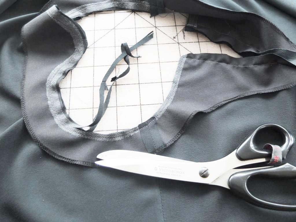Die Nahtzugabe am Beleg der Bluse wird zurückgeschnitten.