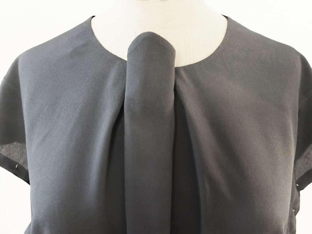 Die Falte in der vorderen Mitte ist zur Hälfte gelegt. Die Bluse ist auch einer Schneiderpuppe.