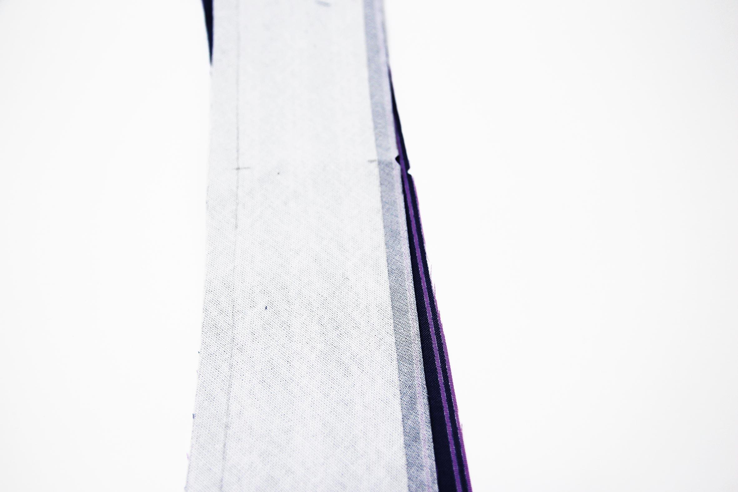 Ober und Unterkragen liegen Knips auf Knips aufeinander.
