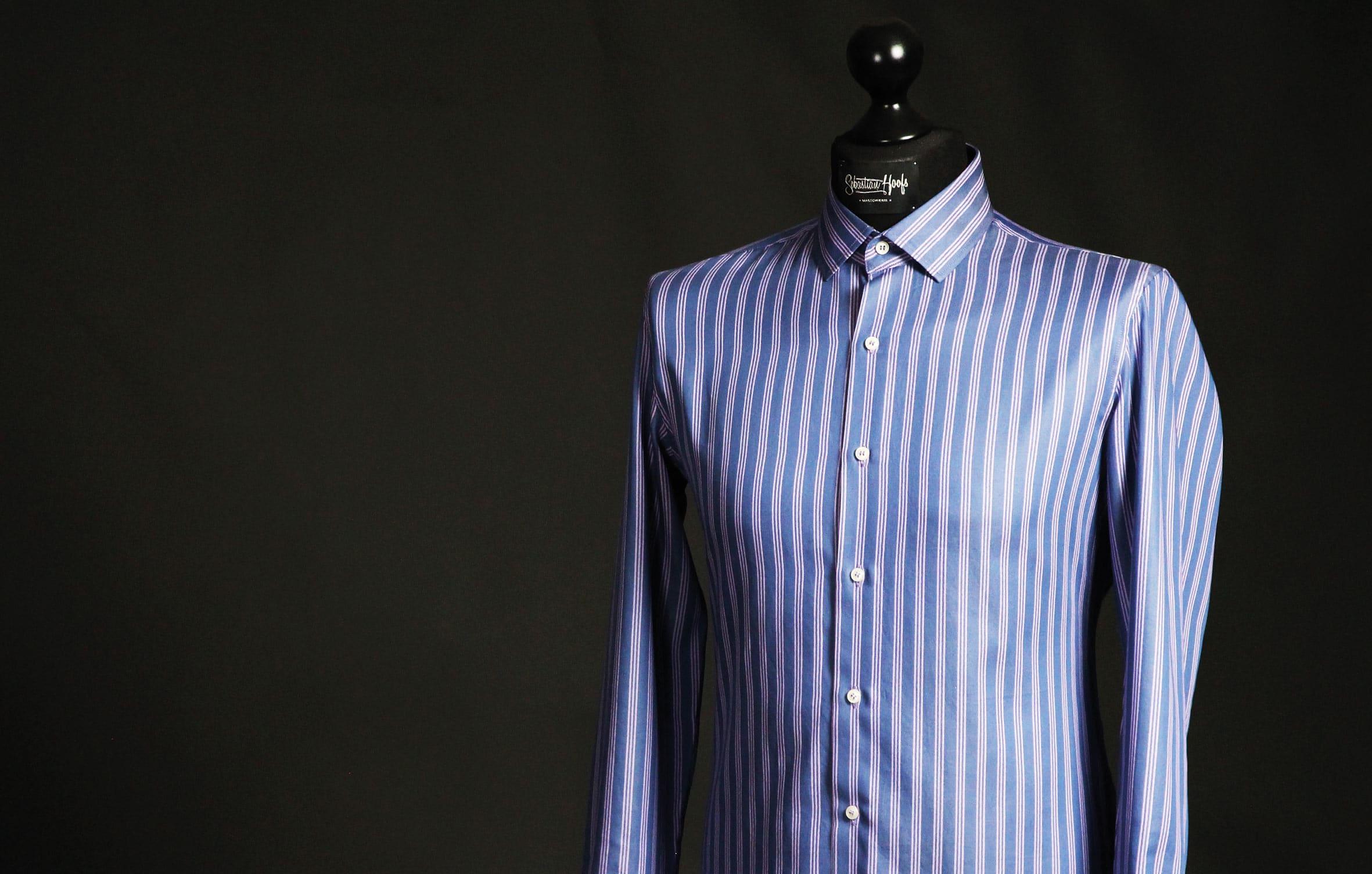 Das Foto zeigt das fertige Hemd. Die Verarbeitung des Hemdkragens ist abgeschlossen.