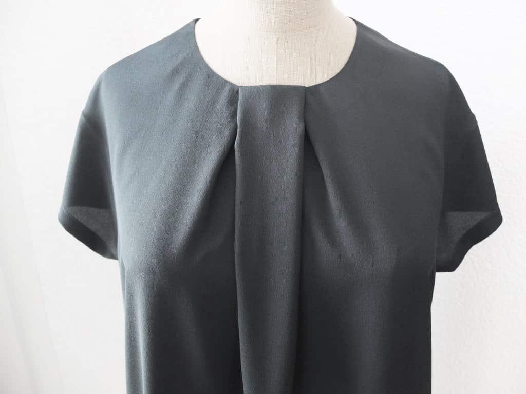 Die Vorderansicht der Bluse mit Falte.