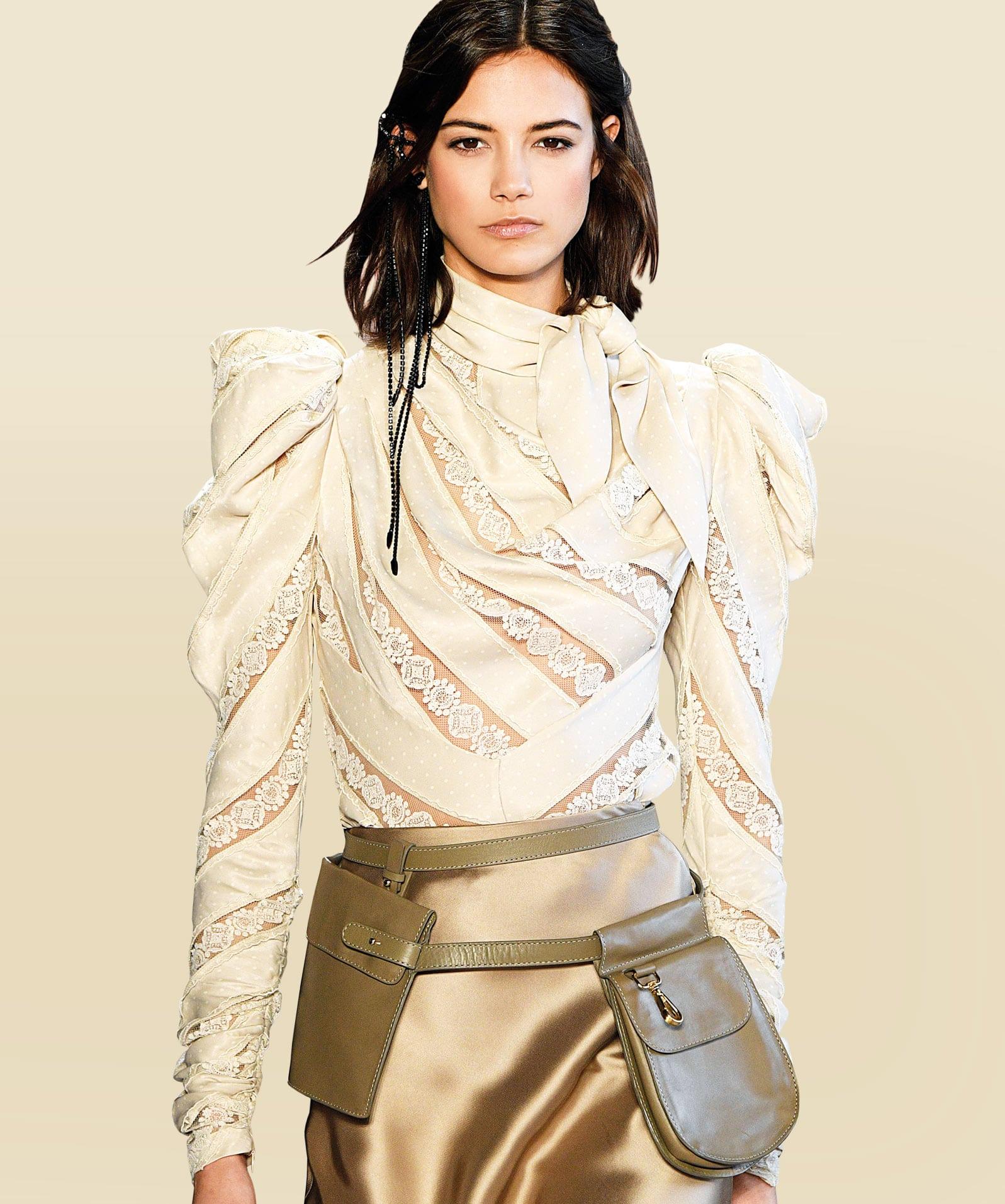 Model trägt ein Gürteltasche von Zimmermann