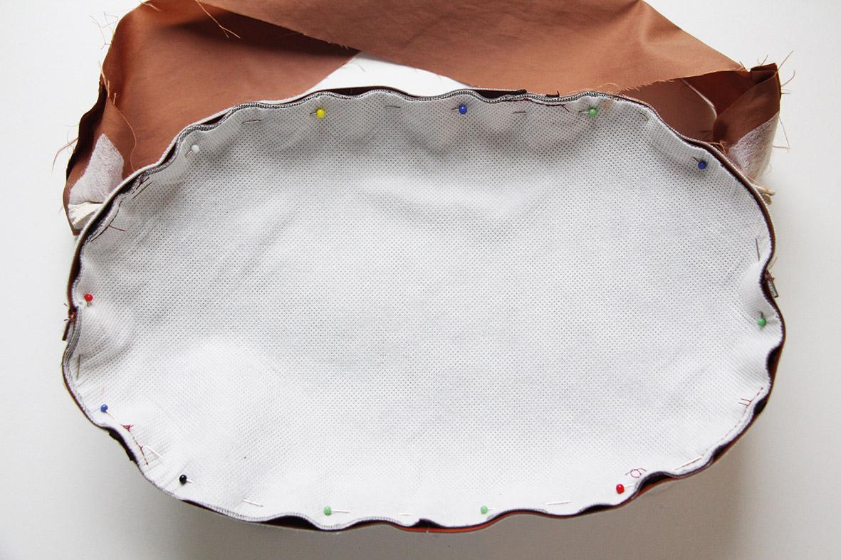 Die Abbildung zeigt die Verarbeitung einer Gürteltasche. Hier das Einnähen des ovalen Schnittteils, das als Taschenhintergrund dient.