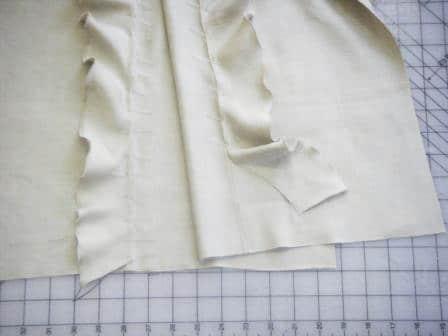 - Für eine Kehrnaht, die beiden Foulardteile links auf links, bei knapp 5mm längs zusammennähen und auseinanderbügeln.