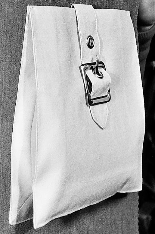 Die Verarbeitung, das Nähen einer Blasebalgtasche ist zu sehen. Hier die fertige Tasche aus Stoff.