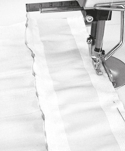 Gezeigt wird die Verarbeitung von einer Corsage mit Metallringen als Schnürrung. Sie werden mit der Nähmaschine fest genäht.