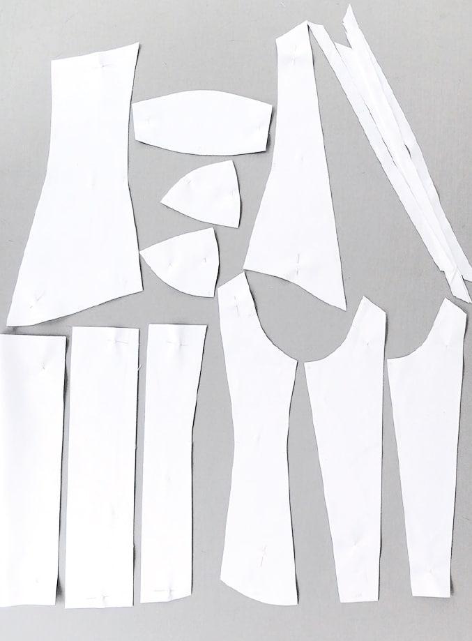 Das Foto zeigt die Verarbeitung einer Corsage mit Körbchen und Ösen für das Band zum Schnüren. Gezeigt werden die Schnittteile.