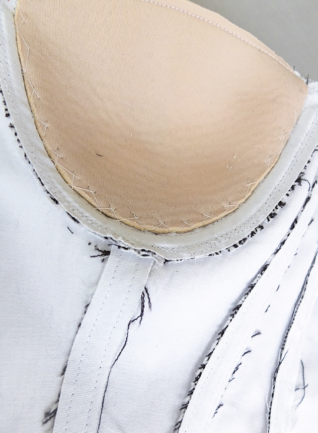 Das Foto zeigt die Verarbeitung einer Corsage mit Körbchen und Ösen für das Band zum Schnüren.