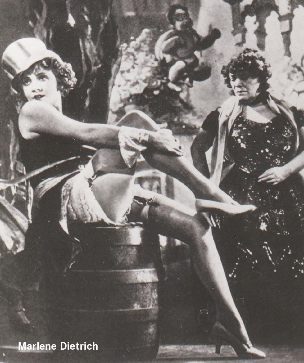 Abgebildet ist Marlene Dietrich in Unterwäsche.