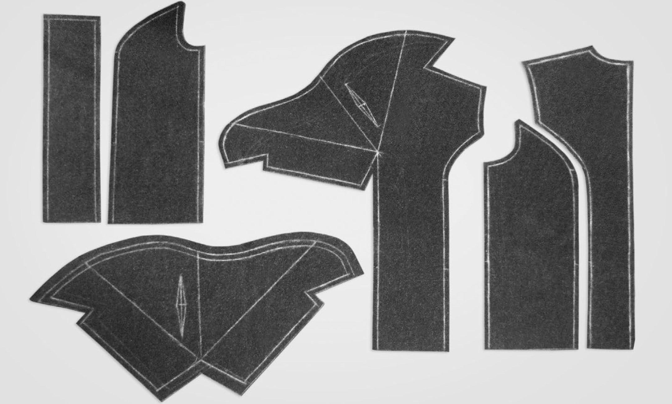 Zeigt die Schnittteile des Mantels mit doppelten Stehkragens.