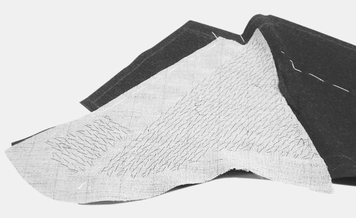 Das Revers wird rund gehalten und pikiert, ebenso der Halsausschnitt. Die Einlage an der Kragenkante und am Hals bis zur Nahtlinie zurückschneiden.