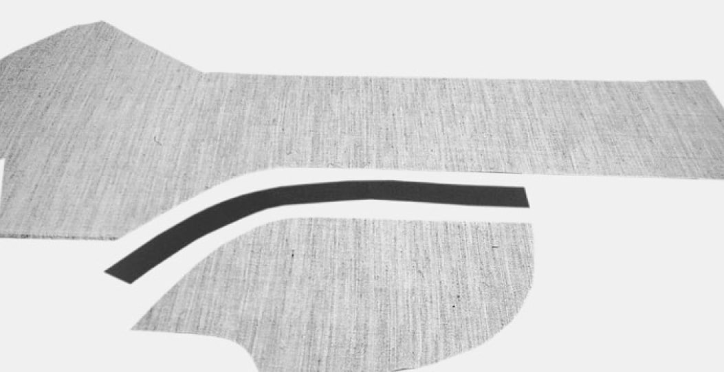 Die Einlagen aus Rosshaar werden zugeschnitten, an den Flankennähten ohne Nahtzugaben, da die Einlage kurz vor den Abnähern endet. Mittels eines in Form gebügelten Baumwollstreifens werden beide Teile zusammengeheftet und mit Zickzack-Stich genäht