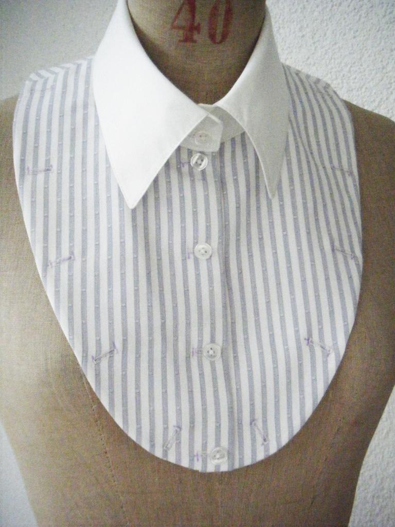 Der Kragen mit Plastron ist auf einer Kleiderpuppe.