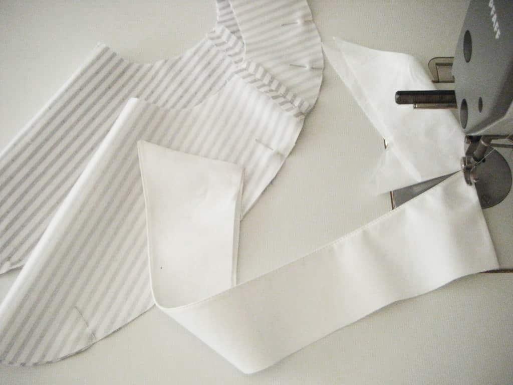 Die Schnittteile für den Kragen mit Steg liegen auf dem Tisch.