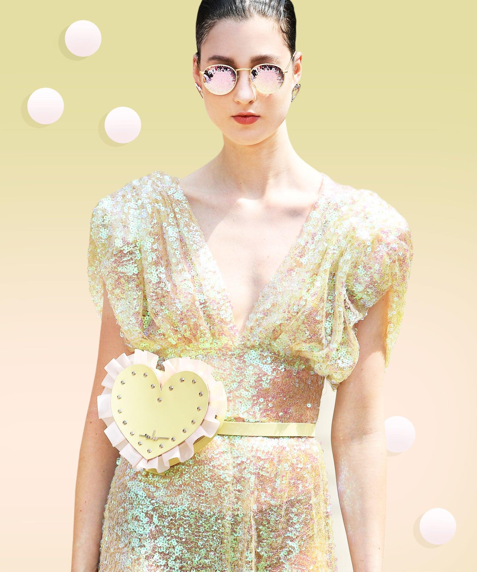 Das Foto zeigt ein Modell mit einem Paillettenkleid.
