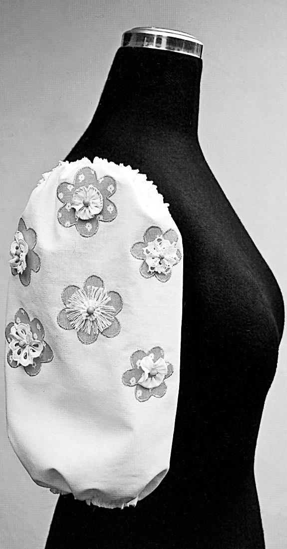Zu sehen ist ein Puffärmel an einer Büste mit applizierten Blüten.