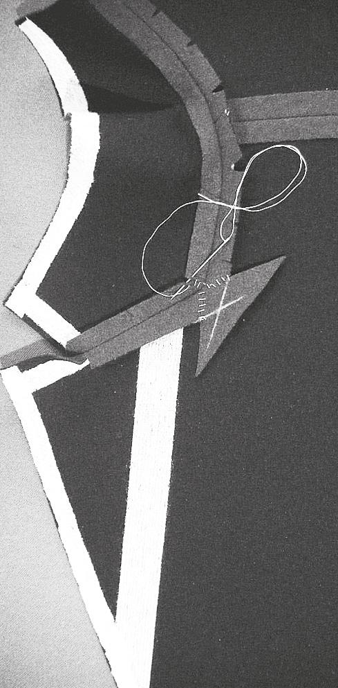 Kragenansatznaht und Spiegelnaht auseinanderbügeln. Bei einem Abdruck, Stoffstück in dem selben Winkel von Hand einsetzen