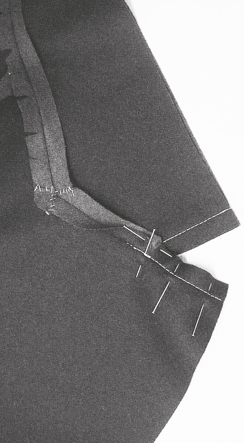 Oberkragen auf Unterkragen legen, Kragenspitze stecken und verstürzen, Reverspitze verstürzen