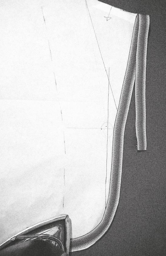 Erstes Zierband auf die Länge der Kragenaußenform zuschneiden.
