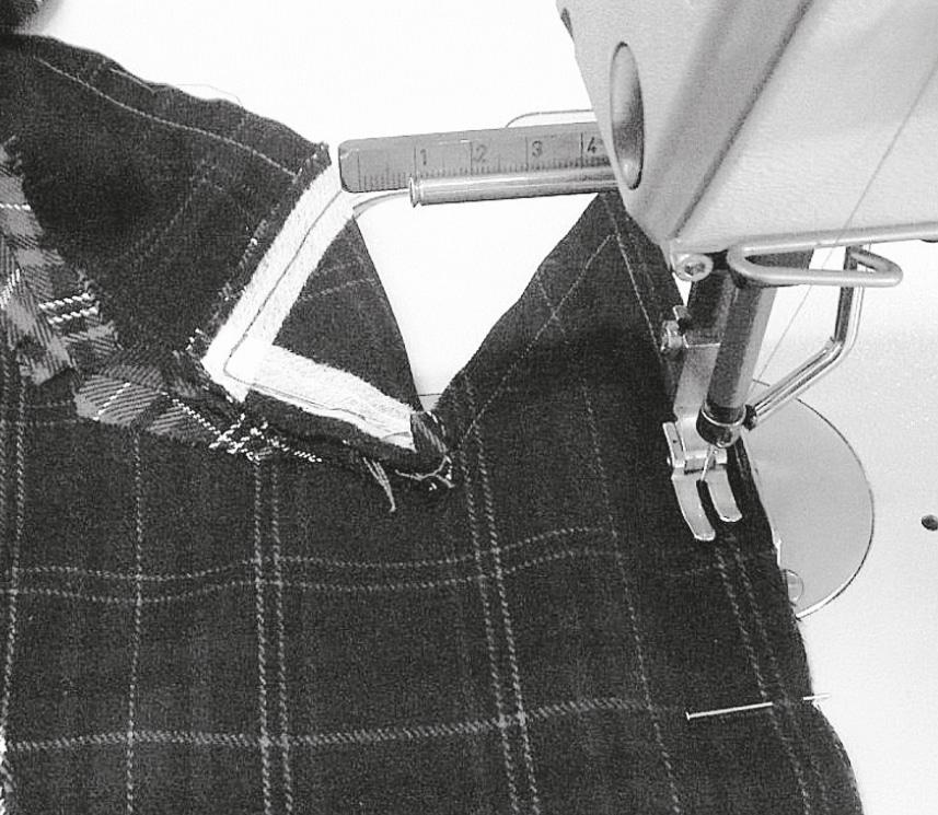 Das Revers wird bei 1 cm gesteppt, die Reversspitze leicht brechen, Eckpunkt auf dem Revers kontrollieren. Das Revers wird ein zweites Mal auf derselben Linie gesteppt, damit später die Nahtzugabe knapp zurückgeschnitten werden kann.