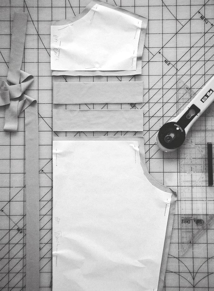 Die Abbildung zeigt die Verarbeitung einer Corsage aus jersey. Zu sehen sind die fertig ausgeschnittenen Teile.