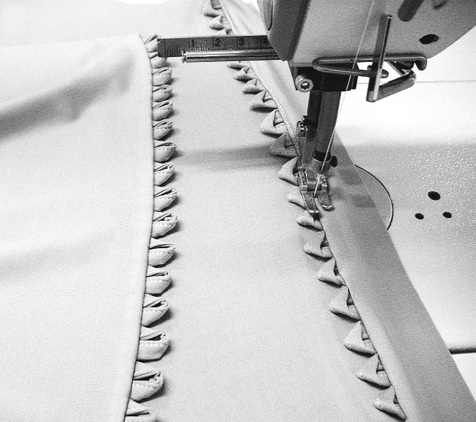 Die Abbildung zeigt die Verarbeitung einer Corsage aus jersey. Zu sehen ist der Jersey unter der Nähmaschine.