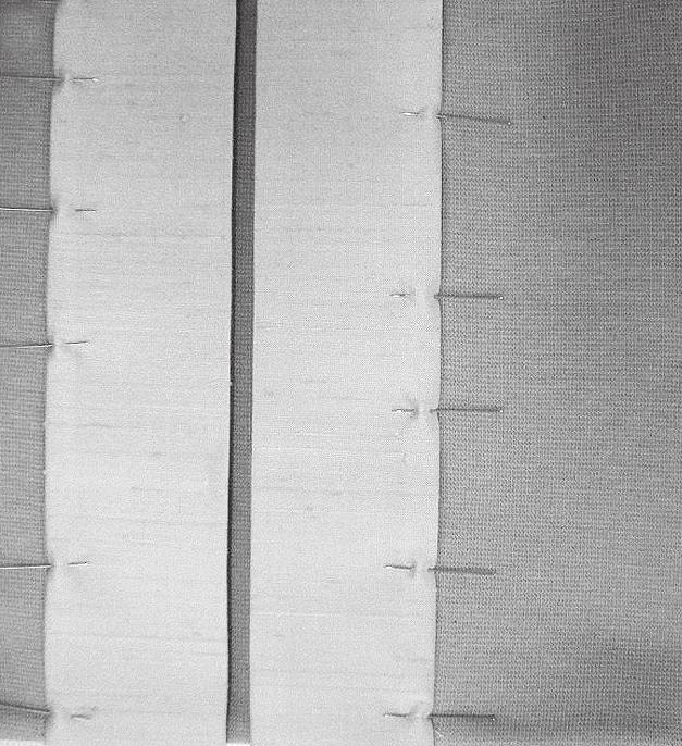 Zu sehen ist der Zuschnitt einer genähten Geschnürte Gürtelkorsage. Es wird zusammen gesteckt.