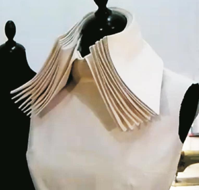 Auf dem Foto sieht man mehrere Kragen übereinander. Genäht aus Nesselstoff auf einer Büste.