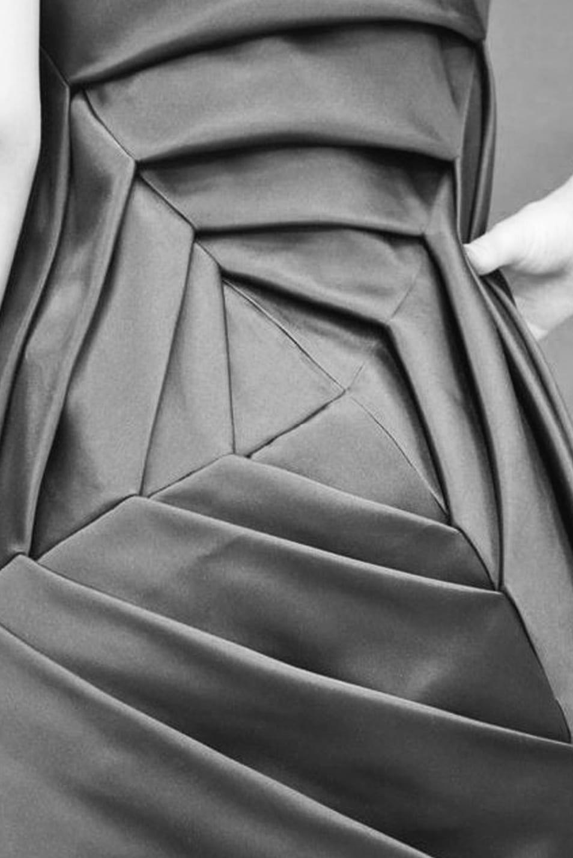 Abgebildet ist ein Origamo Rock an einer Schneiderpuppe.