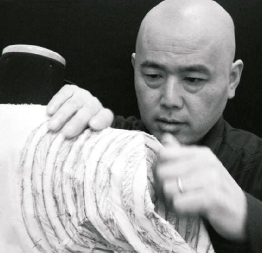 Abgebildet ist Shingo Sato an einer Schneiderpuppe.