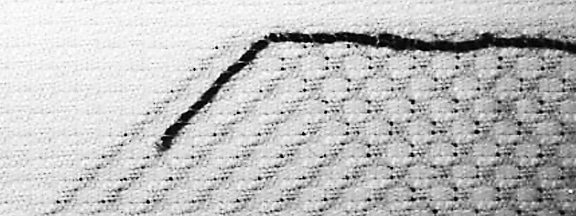 Das Foto zeigt Stoff, Nadel und Faden. Die Abbildung zeigt das Vernähen.