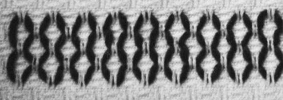 Das Foto zeigt Stoff, Nadel und Faden. Die Abbildung zeigt das Wabenmuster.