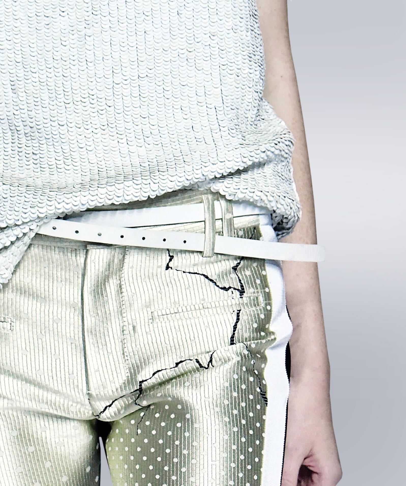 Das Foto zeigt eine Hose mit einer Papspeltasche die als Vorlage zum Nähen dient.