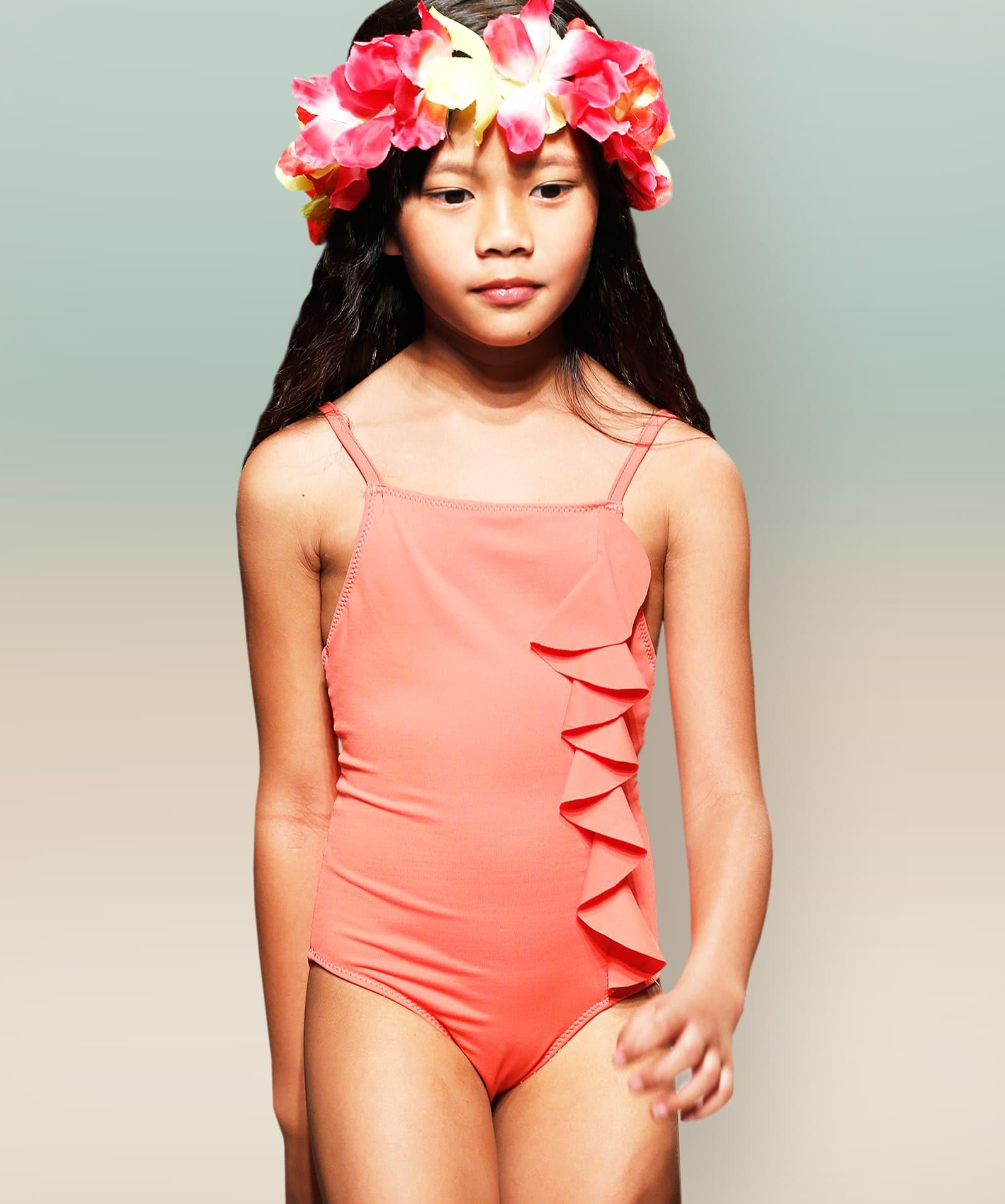 Zeigt ein Mädchen in einem Badeanzug. Das Foto dient als Vorlage für die Schnittkonstrukton.
