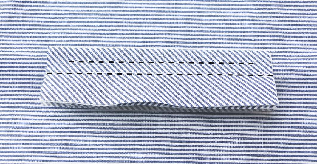 Abgebildet ist die Verarbeitung einer Paspeltasche. Gezeigt wird die Nähanleitung aus gestreiftem Stoff