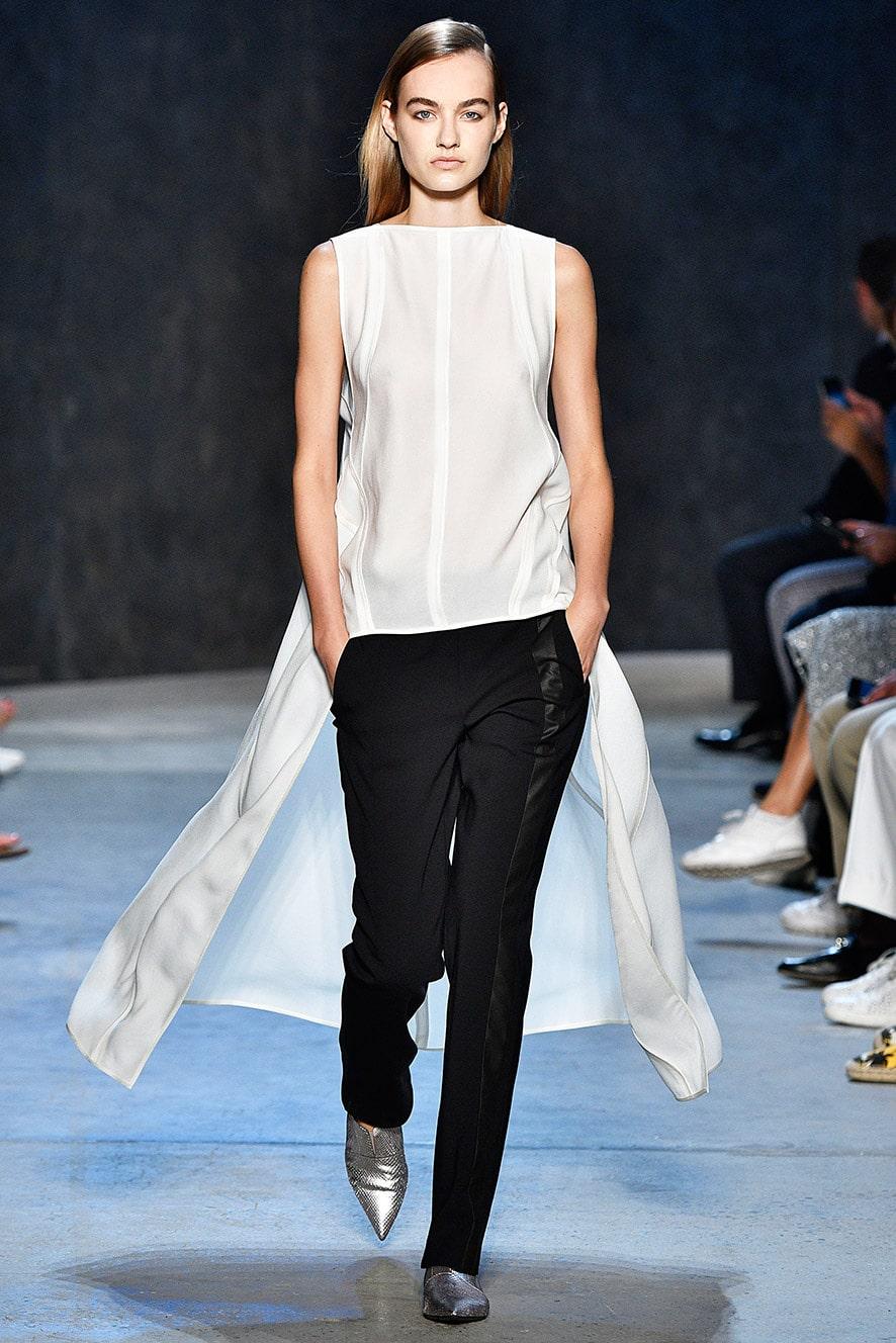 Das Foto zeigt ein Model auf dem Catwalk das eine Standardhose trägt. Die Fotos dienen als Vorlage für den Schnitt auf dem Schnittmusterbogen.
