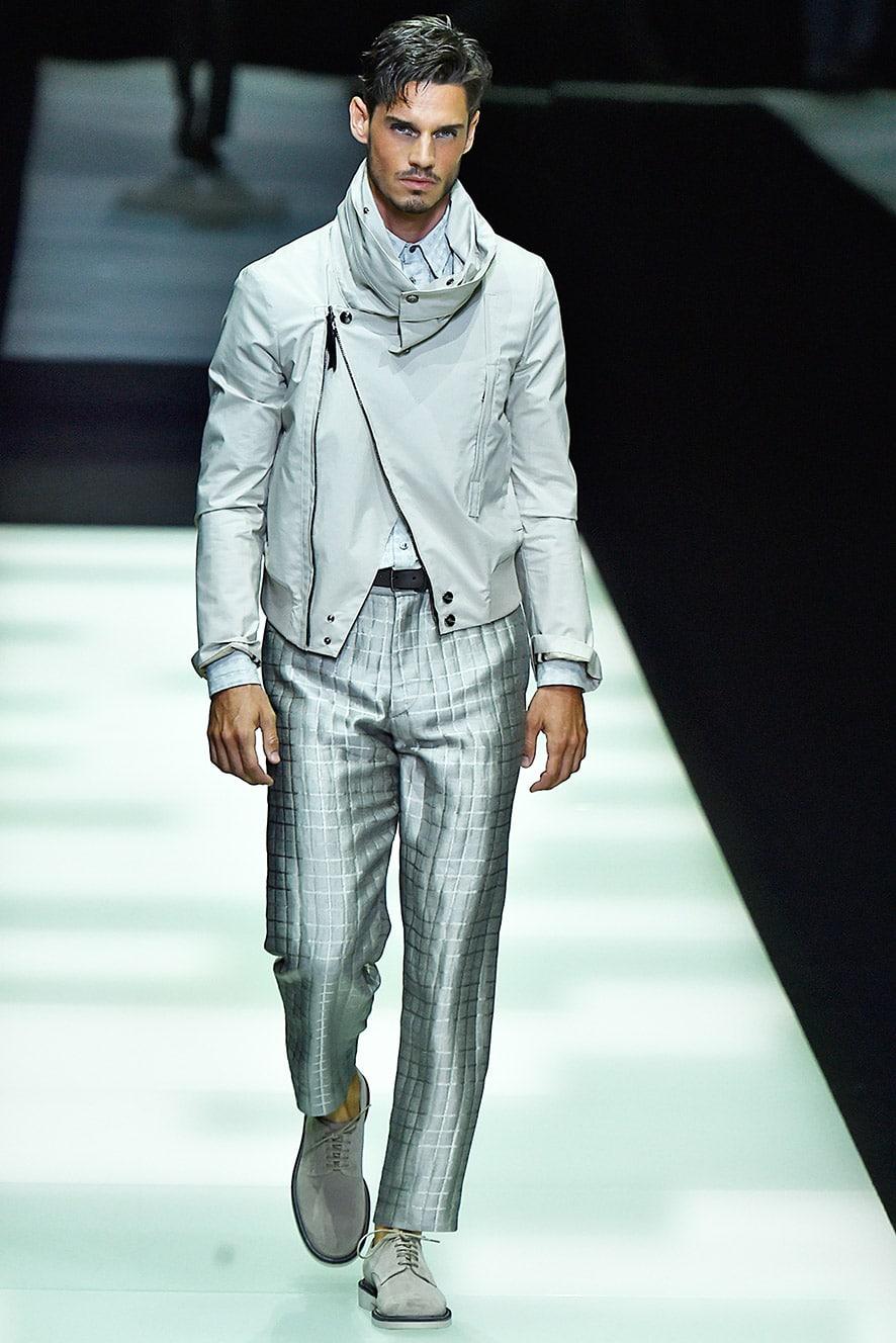 Das Foto zeigt ein Modell mit einer Hose mit Abnäher. Dieses Bild dient als Vorlage der Schnitt-Technik