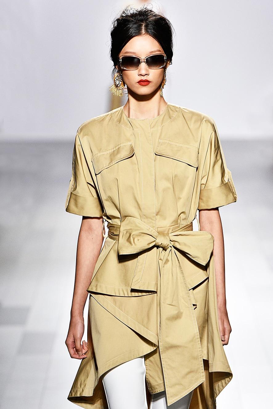Das Foto zeigt ein Model auf dem Catwalk die ein Kleid trägt. Die Fotos dienen als Vorlage für den Schnitt auf dem Schnittmusterbogen.