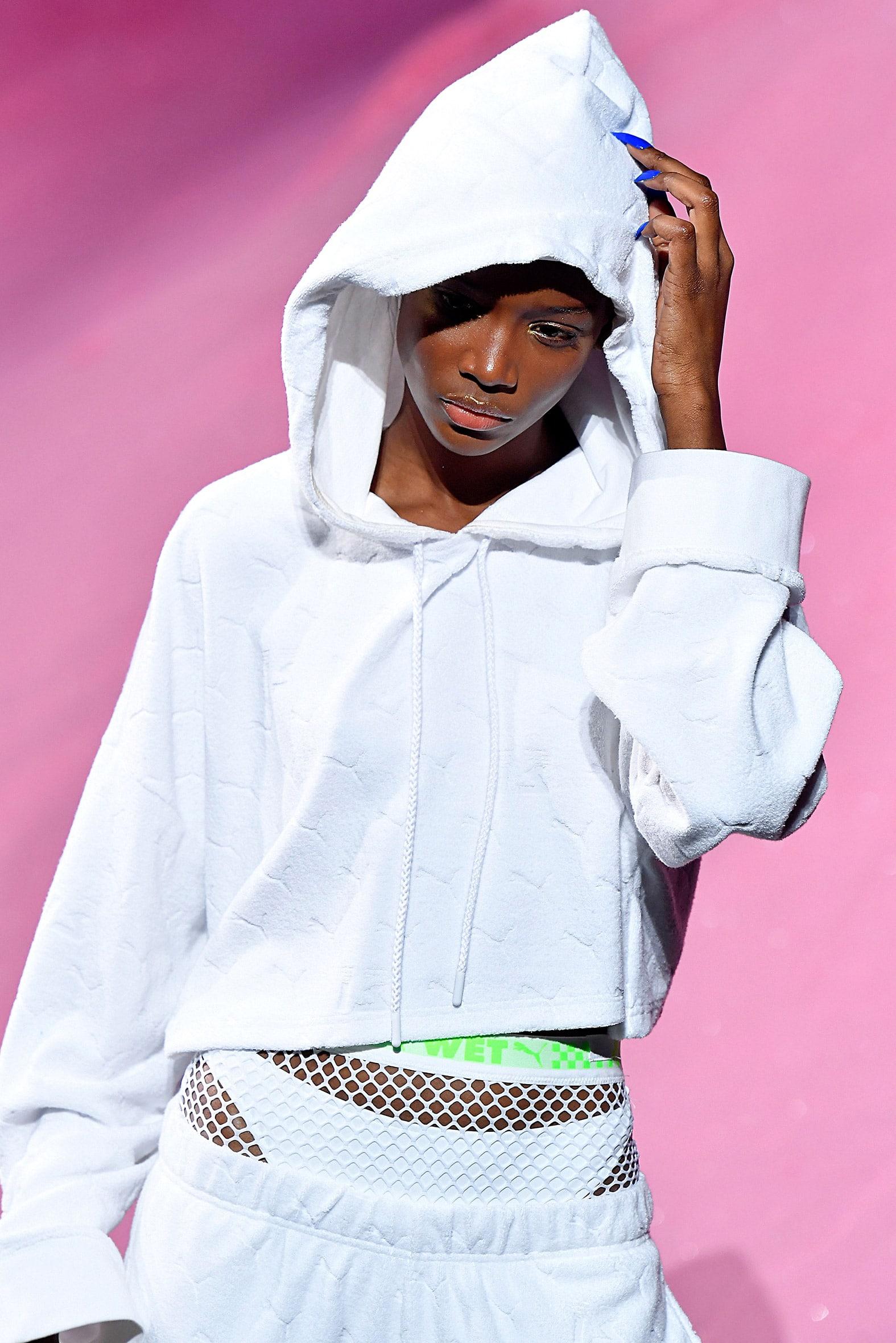 Das Foto zeigt Models auf dem Catwalk die Sportbekleidung trägt Die Fotos dienen als Vorlage für den Schnitt auf dem Schnittmusterbogen