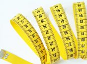 Mit einem Maßband können verschiedene Körpermaße gemessen werden.