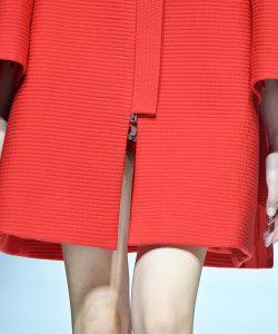 Ein roter Mantel mit Briefecken.