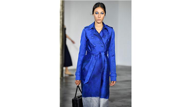 Ein blauer Redingote von Hearst, präsentiert auf der New York Fashion Week.