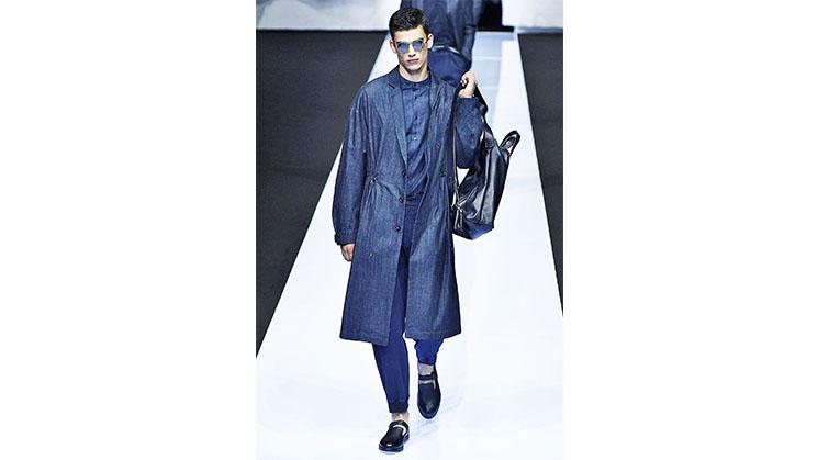 Ein blauer Oversized-Mantel aus Jerseystoff.