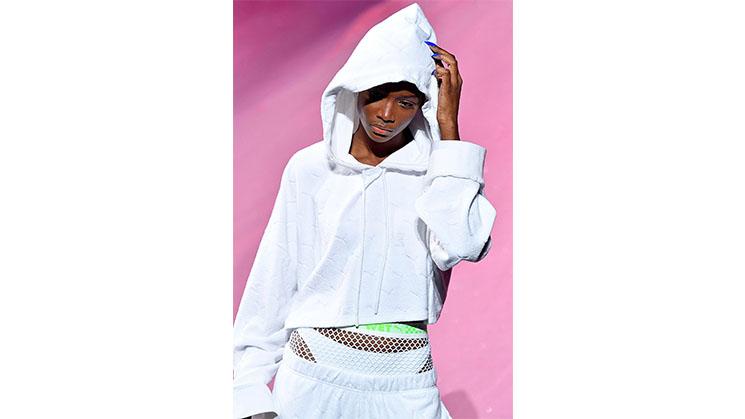 Ein weißer sportlicher Kapuzenpullover.