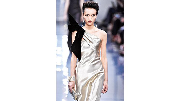 Ein langes Kleid mit einer Schulterdrapierung aus Samt.