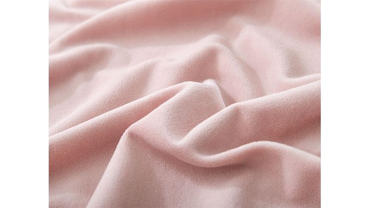 Ein rosafarbener Samtstoff